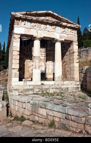 Le Conseil du Trésor d'Athènes dans le sanctuaire d'Apollon à Delphes, Grèce. Vue de l'Est. Banque D'Images