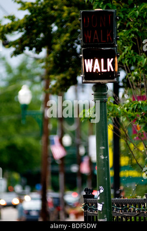 Une promenade piétonne illuminée ne marchent pas panneau de passage à niveau dans le New Hampshire, USA, indiquant Banque D'Images