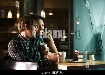Jeune couple ayant un dessert dans un restaurant. Banque D'Images