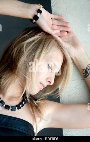 Jeune femme blonde, avec des bijoux, portrait Banque D'Images