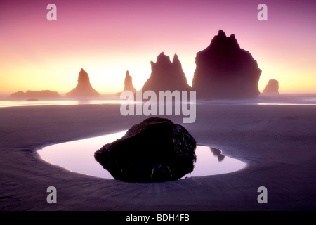 Les piles de la mer monolithe miroir d'eau et le coucher du soleil. Samuel H. Boardman State Scenic Corridor. Oregon Banque D'Images
