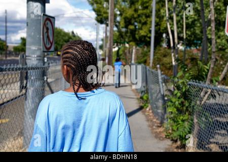 Selena Pina, une mère de quatre enfants sans abri, fait une promenade dans l'après-midi avec ses enfants à Sacramento, Banque D'Images