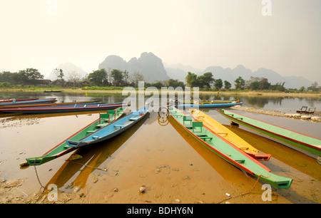 Vang Vieng, bateaux sur la rivière Nam Song, Laos Banque D'Images