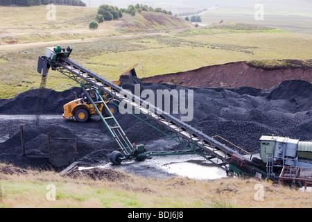 Un convoyeur à bande qui prend du charbon de l'Glentaggart mine de charbon à ciel ouvert à une tête pour leur transport routier par la route Banque D'Images