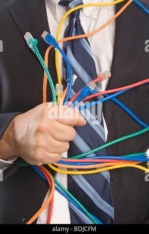 Close-up of Businessman Holding des câbles CAT5 Banque D'Images