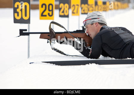 Close-up de biathlon masculin athlète, le tir sur cible, Whistler, British Columbia, Canada Banque D'Images