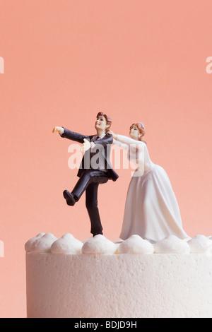 Figurines de gâteau de mariage, l'accaparement de mariée marié Runaway Banque D'Images