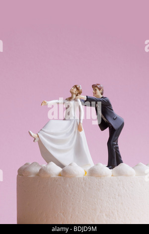 Figurines de gâteau de mariage, le marié saisissant Runaway Bride Banque D'Images