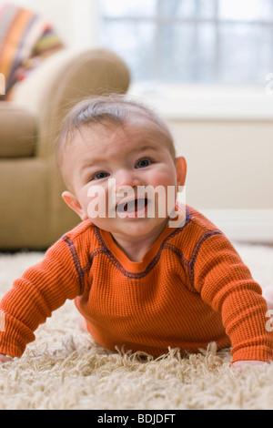 Petit garçon sur marbre Banque D'Images