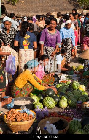 L'Indonésie, Lombok, Kuta, marché hebdomadaire légumes Banque D'Images