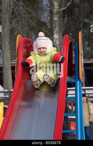 Trois ans, fille, glisser vers le bas Banque D'Images
