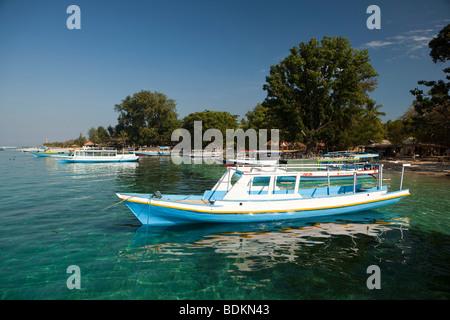 L'Indonésie, Lombok, Gili Air, port, bateaux amarrés près de la rive Banque D'Images