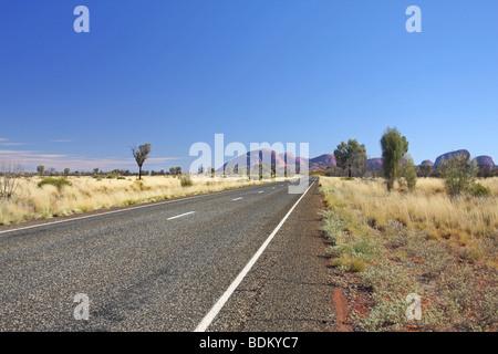 Route de Kata Tjuta National Park. L'autoroute et le vide tout droit Olgas en arrière-plan. Territoire du Nord. Banque D'Images