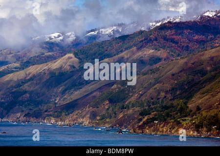 Une tempête de compensation révèle les sommets enneigés des montagnes Santa Lucia et la parcelle de Big Sur, Californie, Banque D'Images