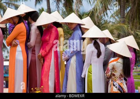 Belle vietnamienne défilé en costume traditionnel y Banque D'Images