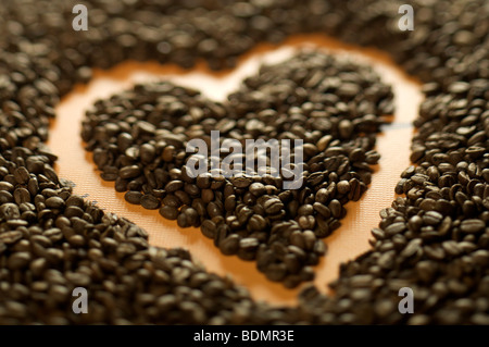 Café en grains en forme de coeur. Banque D'Images