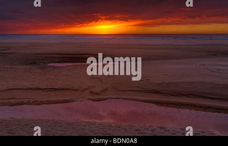 Centre d'une tempête d'hiver offre un beau ciel au crépuscule Pismo State Beach, Pismo Beach, Californie, USA. Banque D'Images