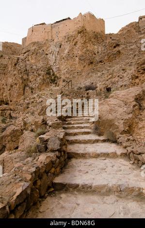 Des milliers d'escaliers gravir les montagnes du désert pour atteindre le Mar Moussa (Saint Moïse), monastère en Banque D'Images