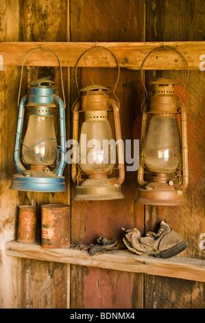 Lanternes suspendues dans immeuble ancien, Bodie Ghost Town, l'Est de la Sierra, en Californie Banque D'Images