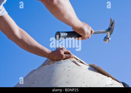 Menuisier travaillant sur la tourelle d'une maison Banque D'Images