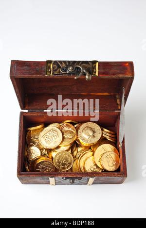 Coffre à Trésor avec des pièces d'or sur fond blanc Banque D'Images