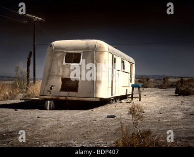 Une vieille caravane blancs laissés à pourrir dans le désert Banque D'Images