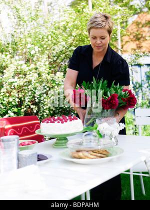 Femme de la préparation d'une partie dans le jardin, en Suède. Banque D'Images