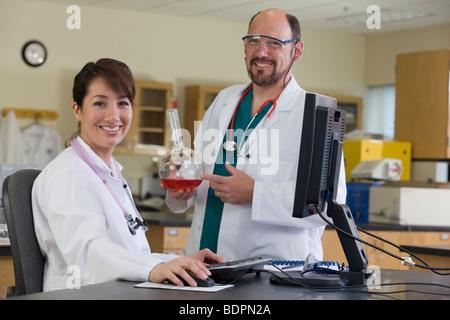 Portrait de deux scientifiques smiling Banque D'Images