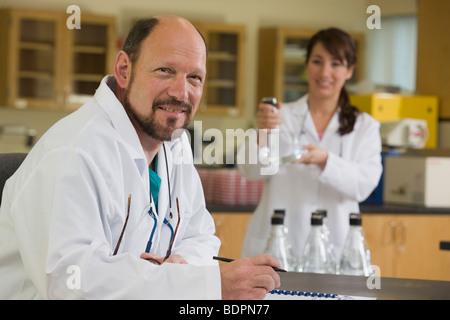 Technicien de laboratoire scientifique avec en arrière-plan Banque D'Images