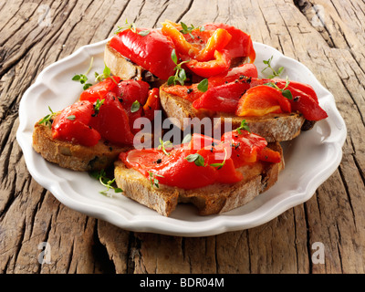 Poivron rouge rôti sur pain de seigle grillé sandwiches - bruschettas. Banque D'Images