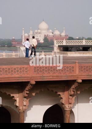 Le côté nord du Taj Mahal, Agra, vu depuis le Fort Rouge. Agra, Inde. Le toit-terrasse dispose d'une balustrade Banque D'Images