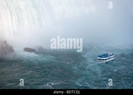 C'est une vue d'un bateau d'excursion, Maid of the Mist, naviguer près de the Horseshoe Falls de Niagara Falls, Banque D'Images