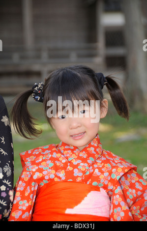 Jeune fille portant un kimono pendant le Cherry Blossom Festival of the Rockies, Japon, Asie Banque D'Images