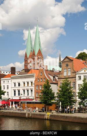 À la partie supérieure de la rivière Trave, en l'arrière l'église Marienkirche, Église Sainte Marie de Luebeck, Banque D'Images