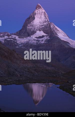 Reflet de la mont cervin dans le lac riffelsee, Valais, Suisse, Europe Banque D'Images