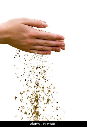 Concept Le temps qui passe. Tomber le sable de mains humaines. Isolé Banque D'Images