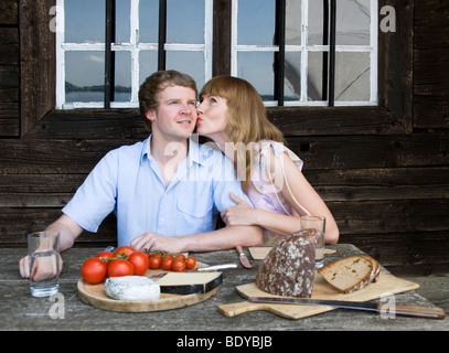 Couple eating, embrassant l'extérieur Banque D'Images