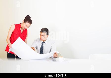 Deux collègues conférant à propos des projets
