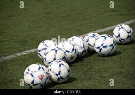 Ballons de football sur un terrain de jeu