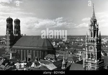 Photo historique des années 50, vue sur l'église Frauenkirche église Notre Dame et tour du vieil hôtel de ville de l'instruction Alter Peter St.
