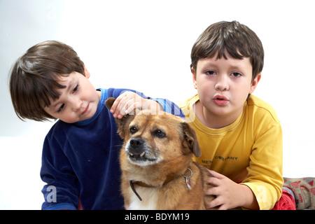 Les enfants avec un chien