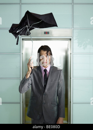 Man holding umbrella Banque D'Images