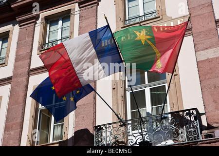 Drapeaux, centre historique, Colmar, Alsace, France, Europe Banque D'Images