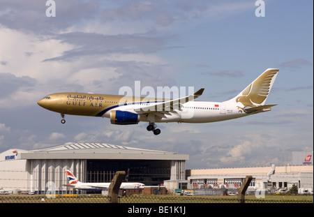 A9C-KC Gulf Air Airbus A330-243 à l'atterrissage à l'aéroport de Londres Heathrow Banque D'Images