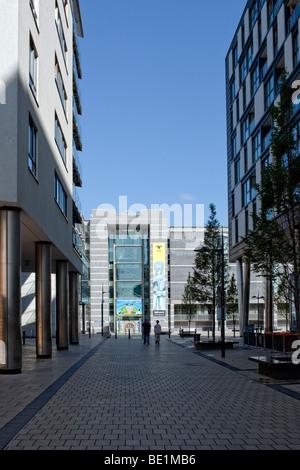 En montant le Boulevard en direction de l'entrée pour le Royal Armouries, Leeds UK Banque D'Images