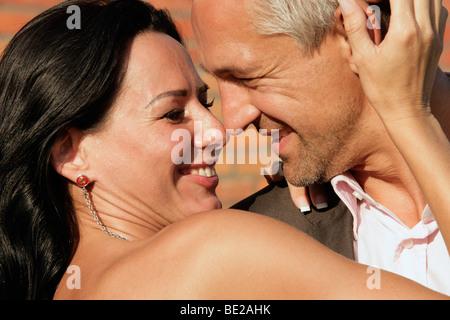 Heureux couple attrayant à l'extérieur Banque D'Images