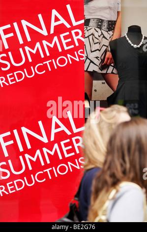 Vente d'été ouvrir la fenêtre d'un Détaillants de Mode High Street, Londres, Angleterre, Royaume-Uni. Banque D'Images