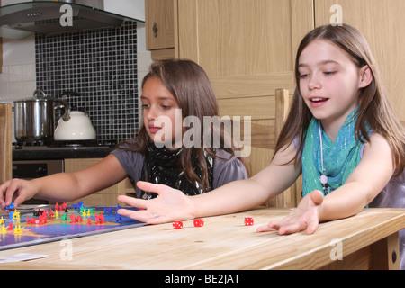 Enfants jouant le jeu de risque.