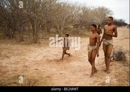 Bushman Naro (SAN) à jouer du stick de jeter jeu, Central Kalahari, Botswana Banque D'Images