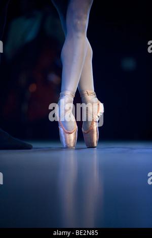 Un danseur de ballet sur scène les pieds Banque D'Images